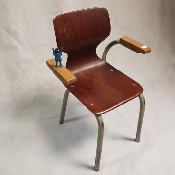 kleuterstoeltje met houten handvaten